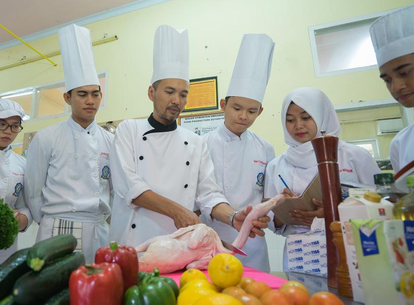 Mahasiswa Melakukan Praktek Kerja Lapangan Di Hotel @home Makassar